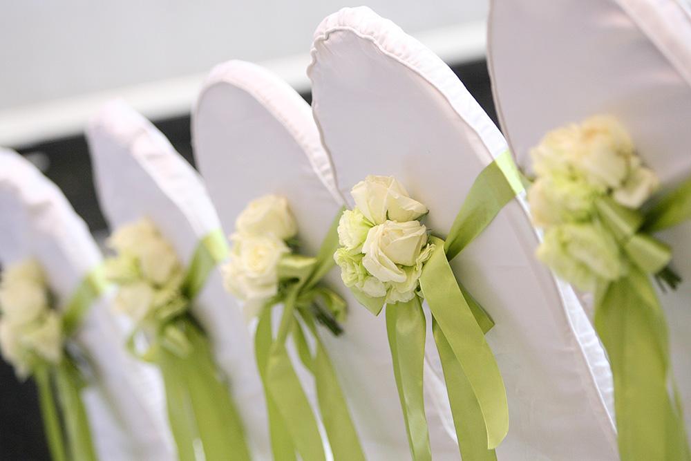 Stuhl-Hussen mit zauberhafter Blumendekoration