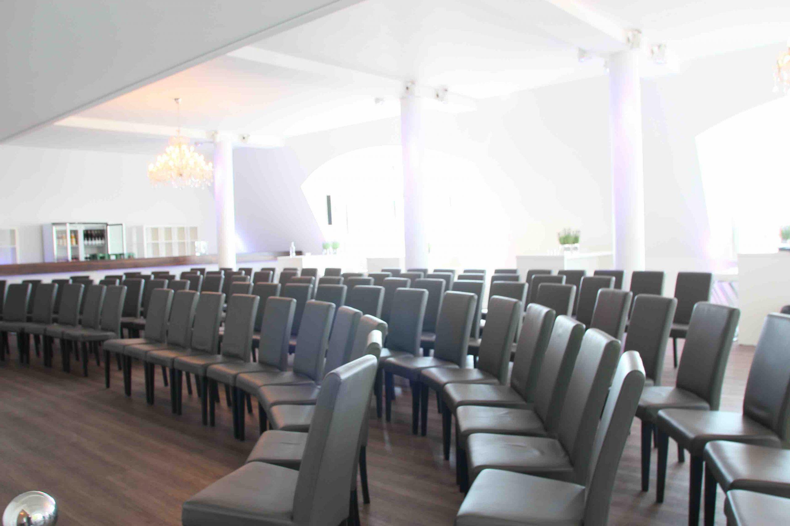 Stuhlreihen für Vortrag