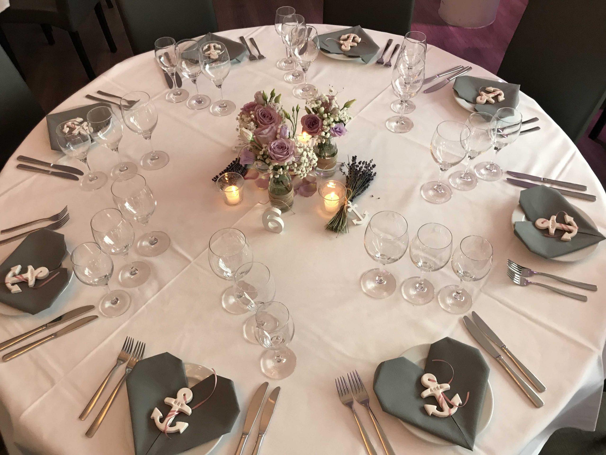 Runde festliche Tische